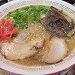 琉王 - ラーメン500円です。 茶褐色のスープに、薄め大きめのチャーシューが2枚に 大好きなキクラゲも乗っていて なかなかボリュームありそうなラーメンです。 白スリゴマと紅しょうがは後のせです。