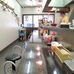 琉王 - 店内は長いカウンターが中心です。 店奥のほうに1テーブル分の小さな小上がりがあります。