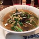 洋府 - 料理写真:ニラと焼豚の汁そば 900円