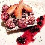 肉ビストロ&クラフトビール ランプラント - デセールセット 950円 の赤い果実のタルト
