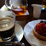23728276 - ケーキセットのコーヒーとタルト