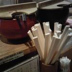 日本橋 天丼 金子半之助 - カウンター上の、2種漬けもの壺