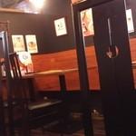 炭炙りチャーシュー まる麺 - テーブル席