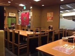 風来坊 エスカ店 - 11時と早い時間帯だから店内は閑散としてます。