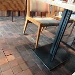 レーベルカフェ OSAKA - 床材もさすがインテリアの経営会社だけあって素敵♪