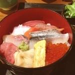 炉端焼 魚然 - 海鮮丼定食。1日10食限定。