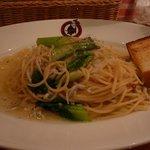サムシング・クアトロ - 厚切りベーコンと青梗菜のペペロンチーノ?+ガーリックトースト