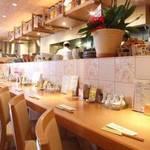 鶴亀飯店 - キレイなカウンター席からは目の前でリアルな調理がご覧頂けます。