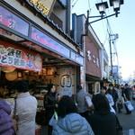 23743953 - 2014年1月。吉田屋さん、賑わう通り沿い。