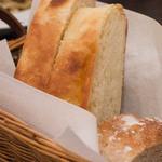 ヴェントラータ - 3)パン2種(ジャガイモのフォカッチャとライ麦のパン)