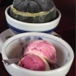 山小屋ベアー - かぼちゃアイスと木いちごアイス。木いちごアイスの方が好みの味でした(^ν^)