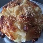 23753715 - 蓮根とベーコンのお食事パン(210円)。
