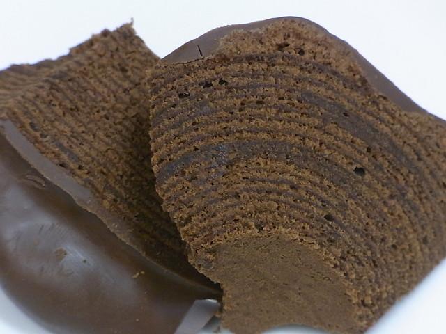 ユーハイム 松坂屋高槻店 - チョコとマジパンが生地の中にイン 外側もチョコでコーティング♪