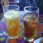 スビ・マハル - セットのマンゴーラッシーとウーロン茶