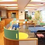 cafe Verde - カラフルだけれども落ち着きのある店内。