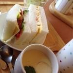 カフェラテ - 料理写真:モーニングサービス・サンドイッチ