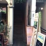 グデン - この階段をあがります