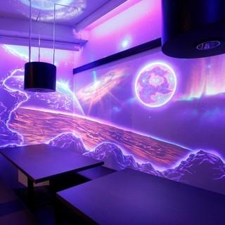 宇宙をイメージした蛍光アート個室を