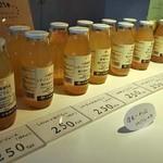 CUTE - 左から甘い順に8種類のリンゴジュースが並ぶ