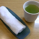 きないや - まずは温かいお茶とオシボリがサッと出てきます♪