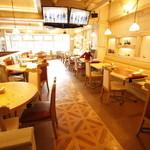 TAK CAFE - お席同市のスペースもあり、ゆっくり語り合えます。