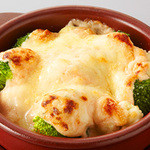プロント - 【SEASONAL MENU ~季節の野菜を使ったおつまみ~】 つぶつぶ明太がアクセント!   ブロッコリーとカリフラワーの明太クリーム焼き 630円