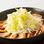 プロント - NEW  【SEASONAL MENU ~季節の野菜を使ったおつまみ~】 どっさり長ねぎ、ジューシーチキン!   長ねぎと鶏肉の生姜ソース鉄板焼き 580円