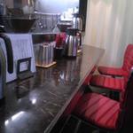 えびす丸 - カウンター5席と、使えるのかは分かりませんが、真後ろに小さなテーブルが一つ。
