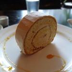 Quatre Cafe - 塩キャラメルのロールケーキ