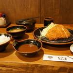 とん吉 - トンカツ定食1050円全景、奥は、お替りのおひつ