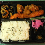 魚錦 - ...「唐揚弁当(450円)」、エビフライ1個+唐揚げ3個入り!