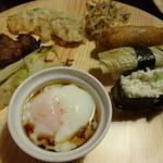 旬菜食健 ひな野 - 参の皿・・・温泉卵と野菜寿司、スペアリブ