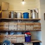 らぁ麺や 汐そば雫 - 煮干しなどの乾物類がずらりと並びます