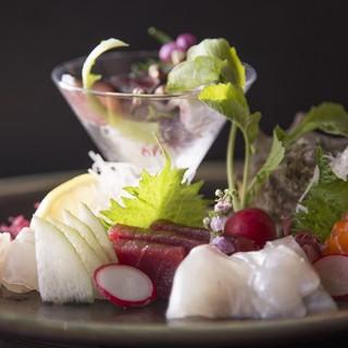 生簀を行き交う鮮魚は市場直送◇新鮮な旬魚は刺身でどうぞ。