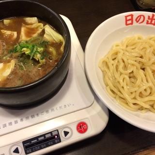 日の出らーめん 横浜桜木町本店 - 剛つけ麺並盛味玉 860円(大盛無料UP今回は並盛)  つけ麺とガッツ麺(油そば)が看板。 カウンターにはIHヒーターがありつけ汁を冷まさない工夫があります。  麺は極太の多加水麺でツルツルながらかなり、かみごたえがあります。 つけ汁はザ濃厚。豚骨魚介のダブルスープで塩分高めでした。 IHヒーターは優れモノで、温めながら食べたら熱いまま最後までいただけました!