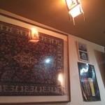 23800068 - オリエンタルな柄や絵、ポスターなどが飾られています