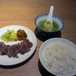 炭焼牛たん東山  - 暫く待つと注文したお昼の牛タン定食が運ばれてきました、定食は炭火焼牛タンと牛タンスープ、ご飯のシンプルなセットになってました。