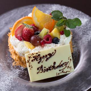 色彩豊かなバースデーケーキが祝いの席を華やかに演出します