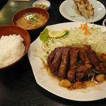 まつもとの来来憲 - これが大トンテキ定食です。味噌汁とご飯、お新香がつきます