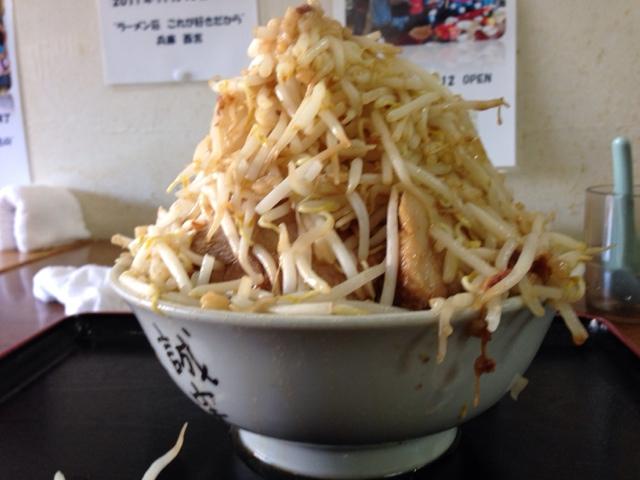 ラーメン荘 これが好きだから - 「豚ラーメン・アブラ少なめ 野菜マシマシ」を横から(2014.1)