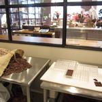 バニラビーンズ - こちらは厨房。ガラス越しに見える向うの方が、店内です。出来あがったカカオ70%チョコを味見させていただきました。