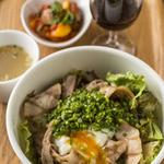 シャトー・メルシャン トーキョー・ゲスト・バル - 当店のランチもお勧め。お肉やお魚を使ったどんぶりランチにスープ、ランチワイン、野菜の小鉢が付いて1000円です。