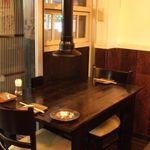 小杉ホルモン - テーブルで楽しいお食事とお酒を。お二人席もゆったり!
