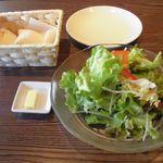 魔法のパスタ - ランチサラダのとく大サイズ 特別注文 たっぷり食べられました。