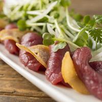 シャトー・メルシャン トーキョー・ゲスト・バル - 馬肉のカルパッチョガーリックチップ 香味サラダ添え。赤ワインとの相性抜群です