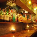 煮込みDining Choi.s - 古木のカウンターは落ち着いた雰囲気。ワインボトルの照明が目を引きます。お一人でもカップルでも!