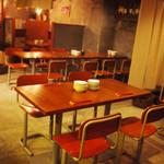 煮込みDining Choi.s - テーブル席も多数あり。学校の椅子が懐かしい。奥には壁で仕切られた半個室席もあり。