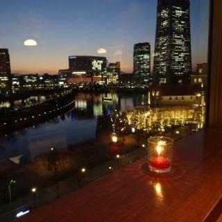 夜景を眺めながらお食事をお楽しみいただけます