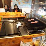 ザ・バーガーピット - 厨房を囲むような「コの字型」のカウンター席