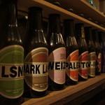 ビアベリー - カラフルな瓶が並ぶ店内